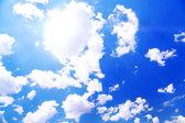 Fondo de cielo azul con nubes — Foto de Stock