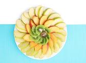 Assortiment van gesneden fruit op plaat, geïsoleerd op wit — Stockfoto
