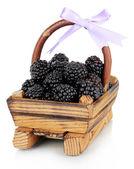 在木制篮子里甜黑莓隔离在白色 — 图库照片