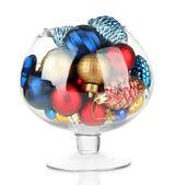 Bol en verre rempli de décorations de noël, isolées sur blanc — Photo
