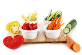 яркие свежие овощи, порежут ломтиками в чаши, изолированные на белом — Стоковое фото