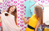 Two beautiful young woman in shop — ストック写真
