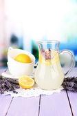 Lavendel lemonad, på violett träbord, på ljus bakgrund — Stockfoto
