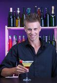 Yakışıklı barmen kokteyl bar, hazırlama portresi — Stok fotoğraf