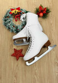 Figure skates on table close-up — Stock fotografie