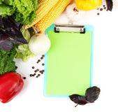 Papel para notas, isolado no branco e especiarias e legumes frescos — Fotografia Stock