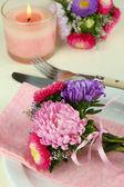 Festlig matbord miljö med blommor — Stockfoto
