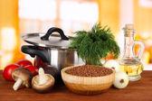 Ingredience na vaření pohanky na stole v kuchyni — Stock fotografie