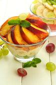Beyaz tahta masada cam lezzetli meyve salatası kaseler — Stok fotoğraf