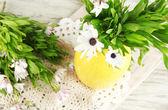 Bouquet di fiori bella estate in vaso di colore, su sfondo di tavolo in legno — Foto Stock
