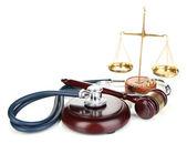 Conceito de direito medicina. martelo, escalas e estetoscópio isolado no branco — Foto Stock
