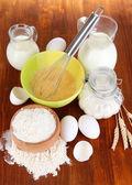 ингредиенты для теста на деревянный стол крупным планом — Стоковое фото