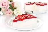 Käsekuchen mit frischen erdbeeren auf weißem teller closeup — Stockfoto