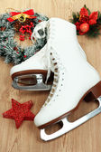 Figure skates on table close-up — 图库照片