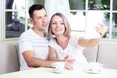 Foto di giovane coppia presa con tavoletta a casa — Foto Stock