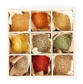 ассортимент специй в деревянной коробке, изолированные на белом — Стоковое фото