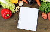 Färska grönsaker och kryddor och papper för anteckningar, på trä bakgrund — Stockfoto