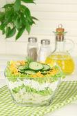 Вкусный салат с яйцами, капусты и огурцов на деревянный стол — Стоковое фото