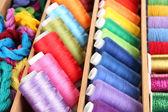 Närbild av färgglada trådar för handarbete i trälåda — Stockfoto