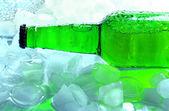 Flaska öl med isbitar, närbild — Stockfoto