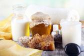 油和蜂蜜自然背景上的木桌上的牛奶和蜂蜜温泉 — 图库照片