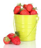 在桶上白色隔离的新鲜草莓 — 图库照片