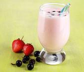 Delicioso milk-shake com amora e morangos em close-up de madeira mesa — Foto Stock