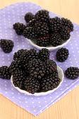 Söt blackberry i skålar på träbord — 图库照片