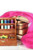 Kit de costura en caja de madera con libros y paño aislado en blanco — Foto de Stock