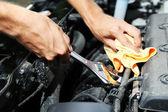 Mão com a chave inglesa. mecânico de automóveis na reparação de automóveis — Foto Stock