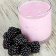 Sweet blackberries with yogurt on table close-up — Stock Photo