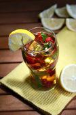 Ledový čaj s malinami a máta na dřevěný stůl — Stock fotografie
