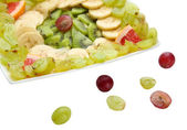 üzerinde beyaz izole tabağa dilimlenmiş meyve çeşitleri — Stok fotoğraf