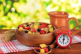 Ovesné vločky s ovocem na tabulky na světlé pozadí — Stock fotografie