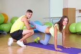 Mädchen und Trainer in der Fitness-Raum — Stockfoto