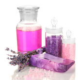 Ręcznie wykonane mydło z dodatkiem soli morskiej i płynne mydło na białym tle — Zdjęcie stockowe
