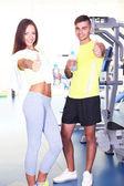 Chico y chica en el gimnasio — Foto de Stock
