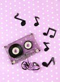 Viejo cassette sobre fondo púrpura — Foto de Stock