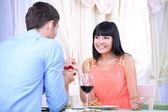 Man föreslår förlovningsring hans kvinna över restaurang bordet — Stockfoto