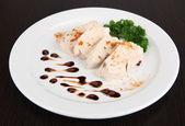 Вареное мясо курицы с паприкой и соусом, на белом фоне, на фоне деревянных, крупным планом — Стоковое фото