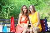два красивая молодая женщина с сумки в парке — Стоковое фото