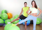 Girl and trainer engaged in fitness room — 图库照片