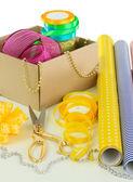 Materiály a doplňky k balení dárků izolovaných na bílém — Stock fotografie