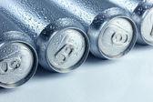 Metalowe puszki piwa, na białym tle — Zdjęcie stockowe