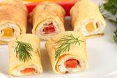 яичные блинчики с кремом из сыра и паприки, на плите, крупным планом — Стоковое фото