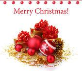 Hermoso rojo bolas de navidad y regalos aislados en blanco — Foto de Stock