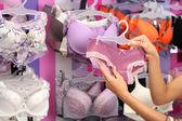 Schöne junge frau in unterwäsche-shop — Stockfoto