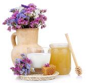 孤立在白色的牛奶和蜂蜜 — 图库照片