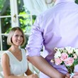Handsome man with bouquet roses for his girlfriend — Stockfoto