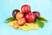 Ripe plums on wooden table close-up — Stock Photo